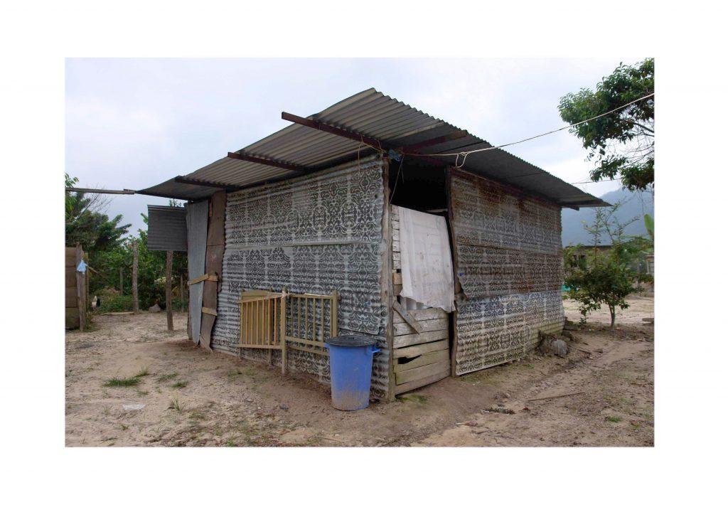 ciudad de zion (ornato) | intervención en espacio públicos | san juan de colón, táchira, venezuela | plantillas y spray negro sobre laminas de zinc | 2009